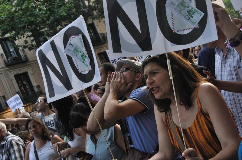 Barbacoa de chorizos frente a la sede del PP en Génova