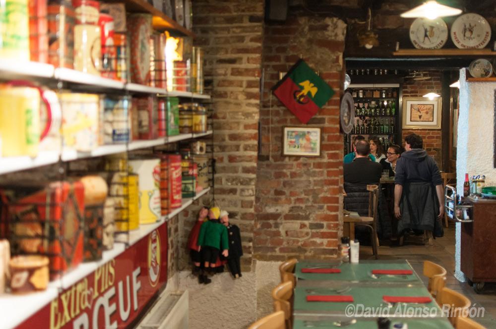Botellas vacías de cerveza abarrotan la entrada a uno de los restaurantes más típicos de Bruselas, Restobiers, cuyo menú gira en torno a la cerveza belga.  ©David Alonso RIncón