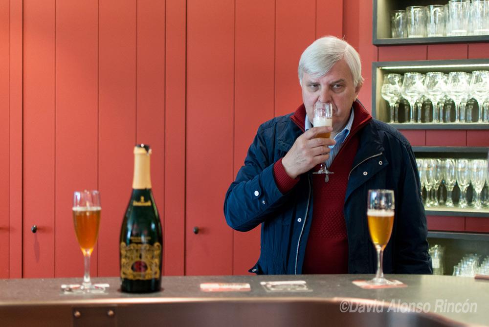 En el interior de la cervecería Lindemans, uno de sus dueños explica el proceso de degustación de la misma. El olor es un detalle muy importante. ©David Alonso RIncón