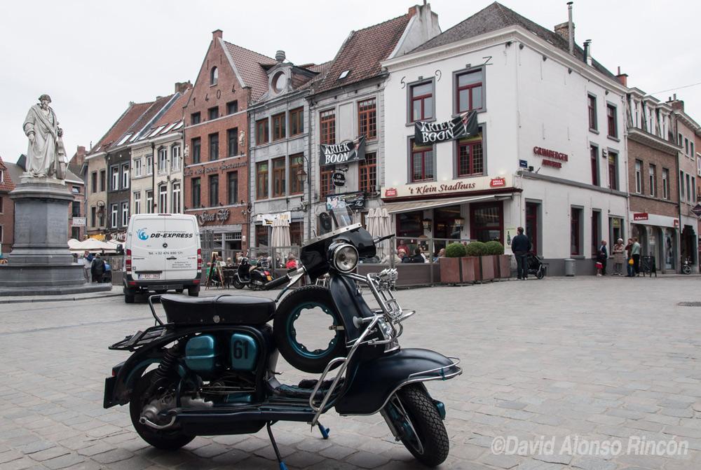 Una motocicleta con mucho estilo da un toque indie a la plaza de Halle, población más importante del valle del Senne. ©David Alonso RIncón