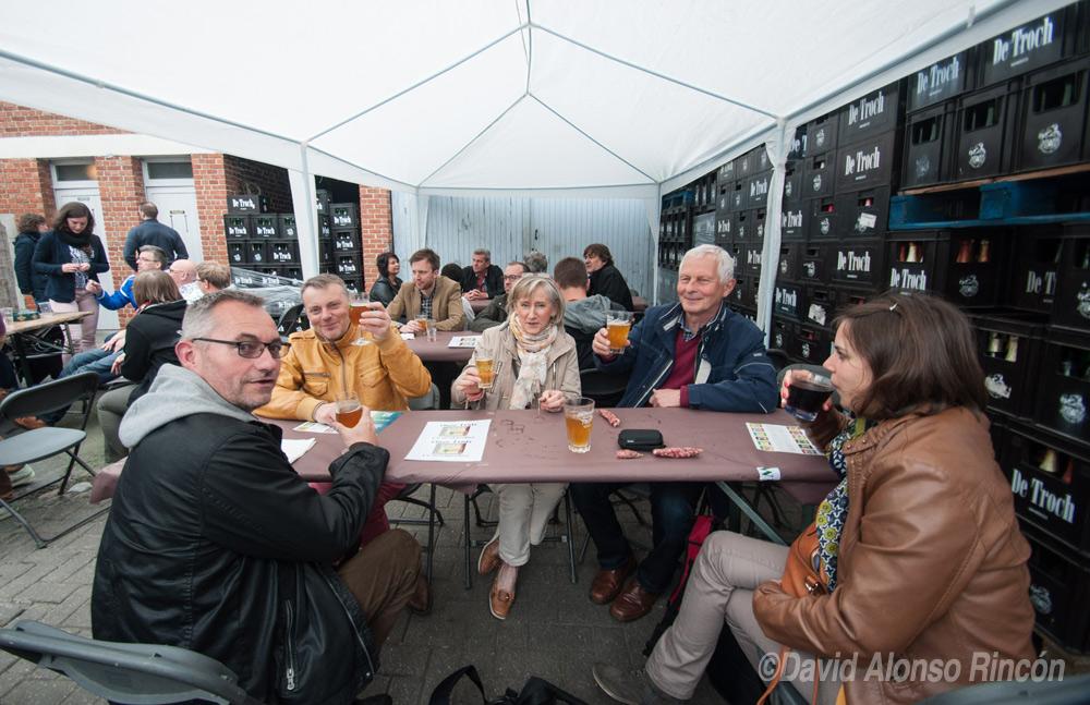 Un grupo de vecinos celebran el Tour de Geuze, día grande de la cerveza belga, que se celebra cada dos años. ©David Alonso RIncón