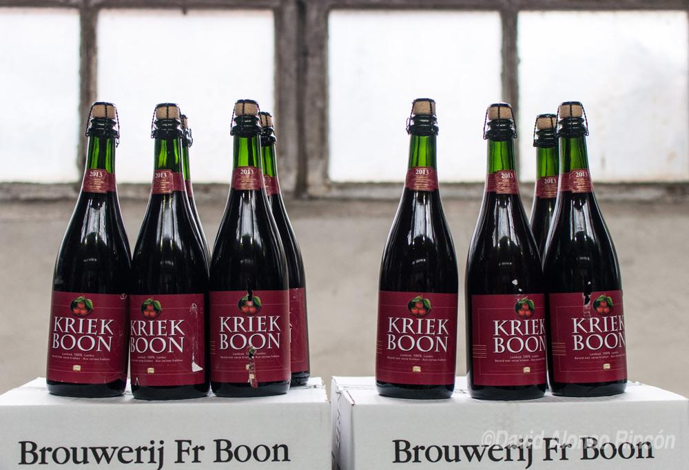 Varias botellas de cerveza Kriek, hecha con cerezas, en el interior de la cervecería Boon.  ©David Alonso RIncón